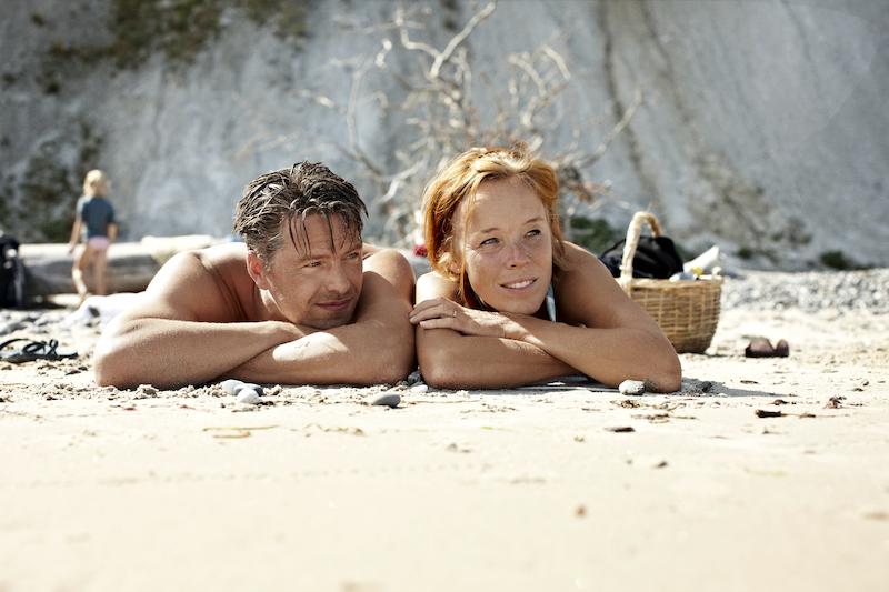 Hochzeitspaar nach her Heirat in Dänemark am Strand