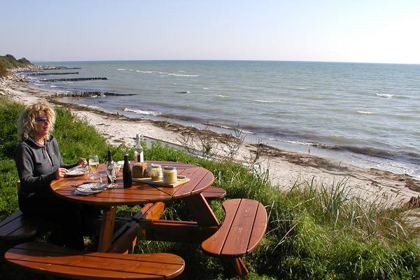 ferienhaus-moen-rabylle-fruehstuecken am strand