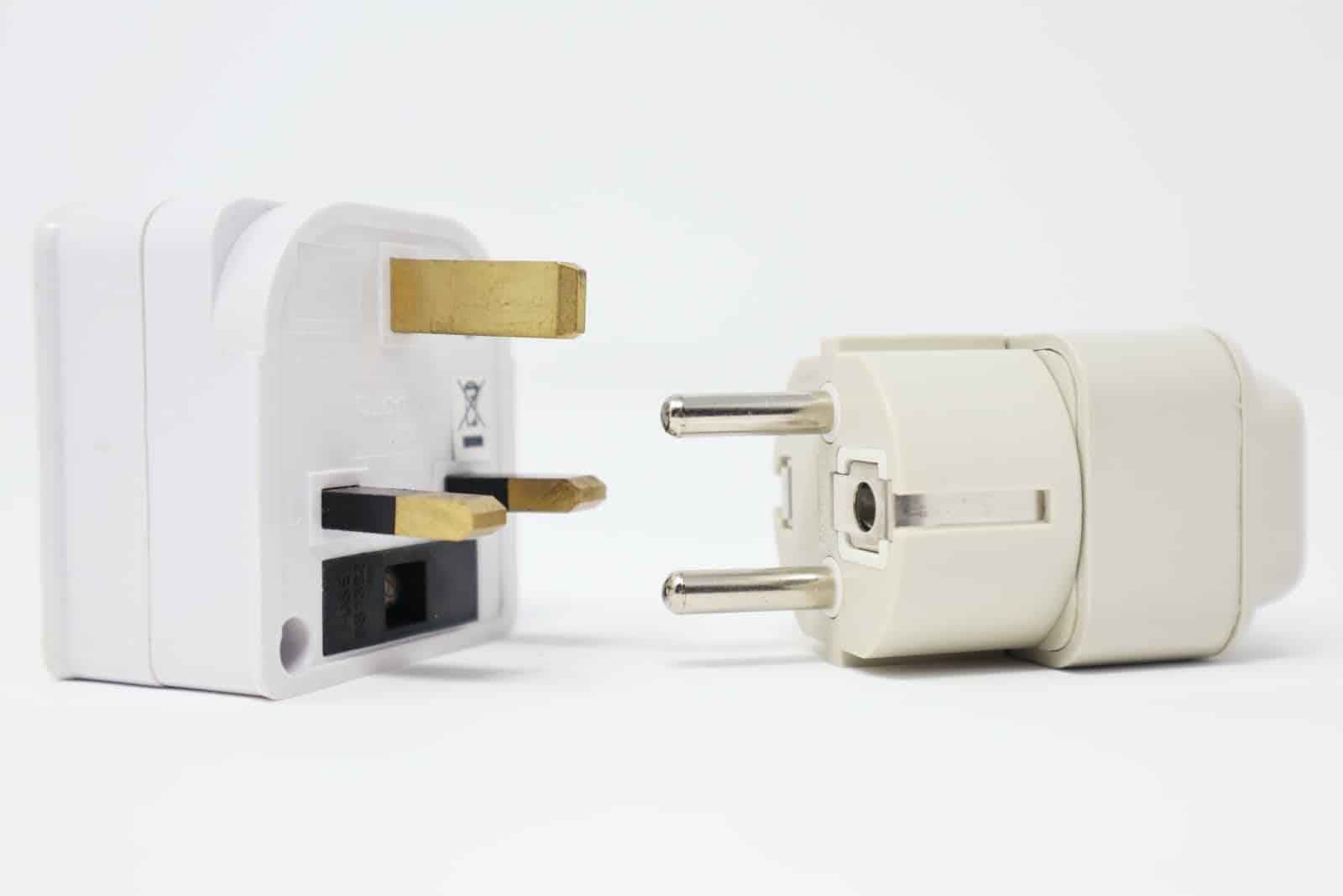 to hvite strømadaptere på hvit bakgrunn